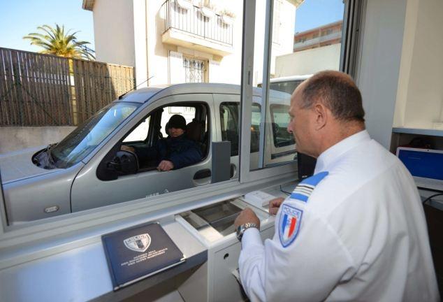 """عکسهایی از تنها """"اداره پلیس"""" در جهان که نیاز به رفتن داخل آن ندارید"""