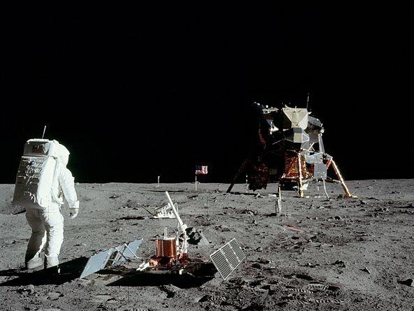 اگر سفر انسان به ماه واقعی است، چرا هیچ ستارهای در آسمان ماه دیده نمیشود؟