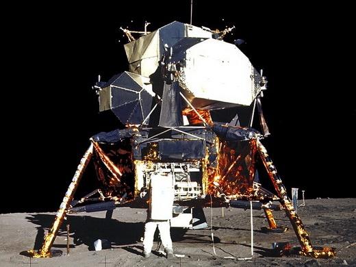 مگر میشود سفینهای به بزرگی آپولو روی ماه فرود بیاید و گردوخاکی به پا نشود؟