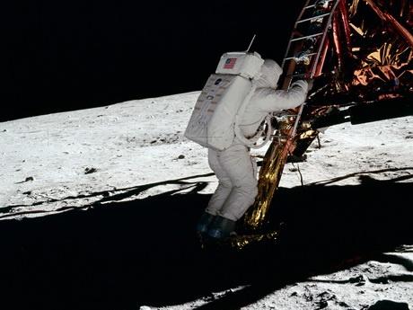 بهترین استدلال طرفداران توهم توطئه: سایه اجسام روی ماه کاملا تاریک نیست، پس سفر به ماه دروغ است!