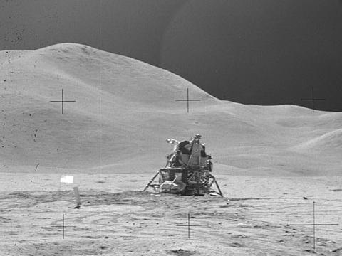 اگر سفر به ماه واقعی است، چرا تصاویر ارسال فضانوردان زمینه یکسان ولی جزئیات متفاوتی دارد؟