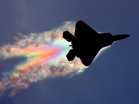 رنگینکمانی که فقط پشت هواپیماهای جنگنده شکل میگیرد