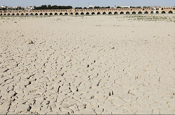 اینجا زاینده رود است، خشک خشک