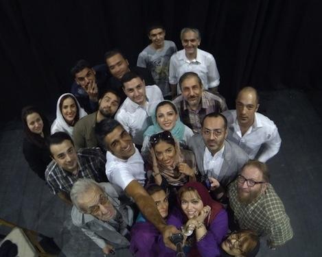 پژمان جمشیدی، بیژن بنفشهخواه، سپند امیرسلیمانی و بهاره رهنما در پشت صحنه یک نمایش