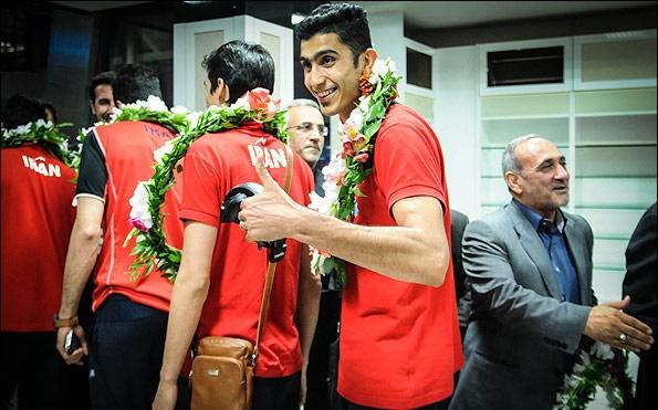 حاشیههای ورود تیم ملی والیبال به کشور/  هجوم طرفداران برای گرفتن امضا