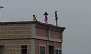 بازی خطرناک کودکان در لبه پشت بام