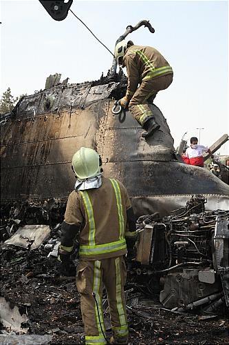 وقتی قربانیان و مجروحان از هواپیمای تکه تکه شده بیرون کشیده می شدند