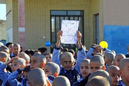 دانش آموزان یک مدرسه، برای همدردی با معلم خود، موهایشان را تراشیدند