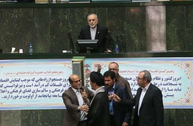 صالحی در حلقه نمایندگان/ تصاویری از اعتراض دلواپسان و افشاگری صالحی از تهدیدشدنش به مرگ