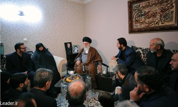 تصاویر حضور رهبر انقلاب در منزل شهید همدانی