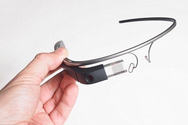 به دسته این عینک ضربه بزنید تا قابلیت هایش را ببینید