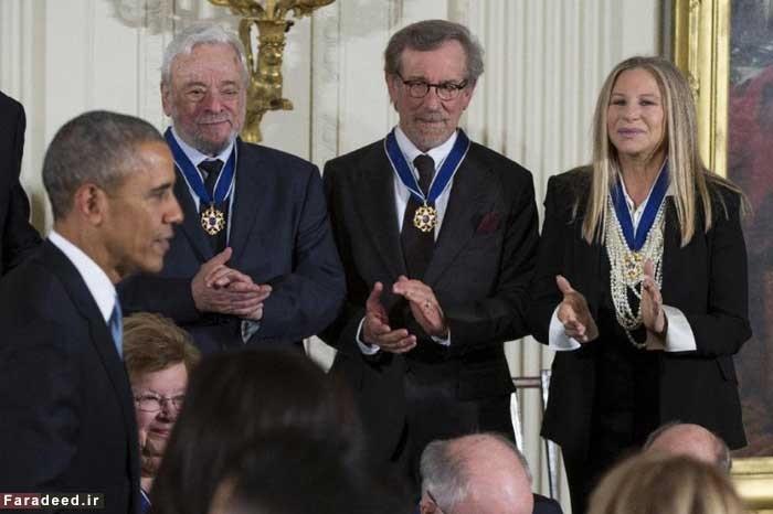 وقتی اوباما به گردن اسپیلبرگ مدال آزادی انداخت/ تصاویری از اعطای بالاترین نشان آمریکا