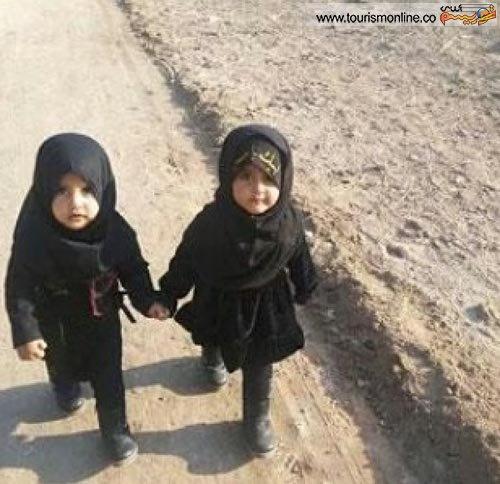 تصویر 2کودک خردسال در بین راهپیمایان اربعین