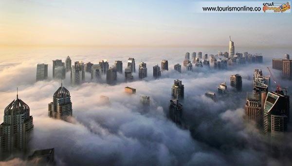 آسمان خراش های این شهر توریستی در صبحی مه آلود