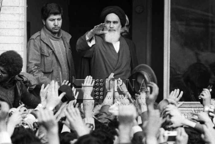 13 بهمن 1357؛ دیدار اقشار مختلف مردم با امام خمینی (ره) در مدرسه علوی