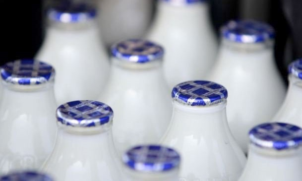 علیرغم هشدار سازمان حمایت؛ فقط یک کارخانه لبنی قیمت شیر بطری را کاهش داد!