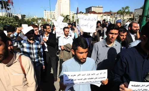 تجمع تعدادی از معترضان توافق لوزان مقابل مجلس/// منتشر شود///