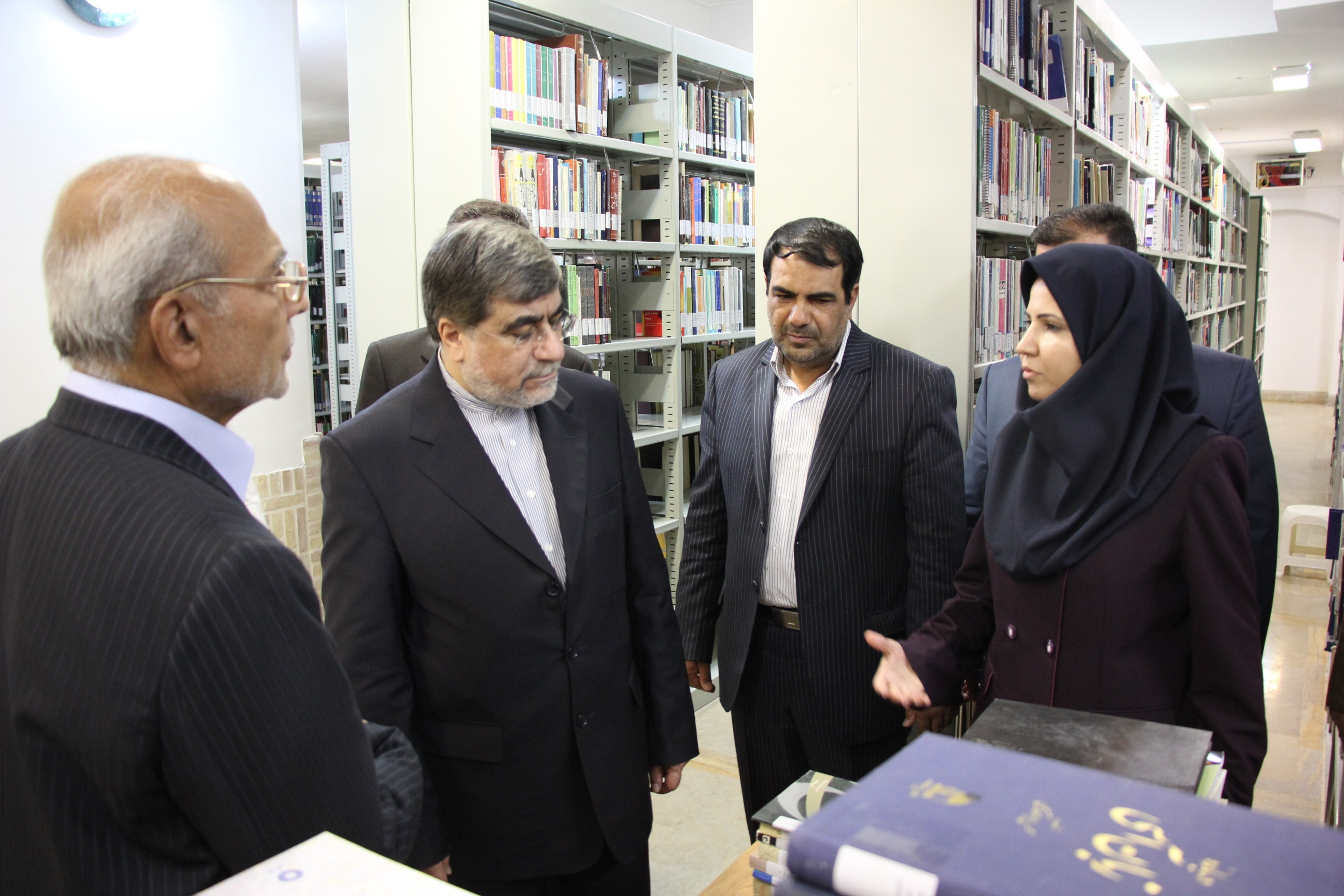 بازدید وزیر فرهنگ از کتابخانه وزیری یزد