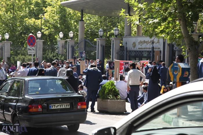 گزارش تصویری تجمع کارمندان موسسه منحل شده میزان در خیابان میرداماد