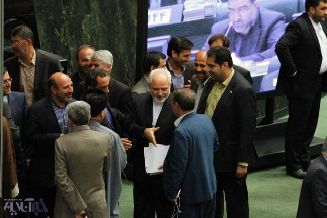 تصاویر ظریف و صالحی در حلقه نمایندگان مجلس