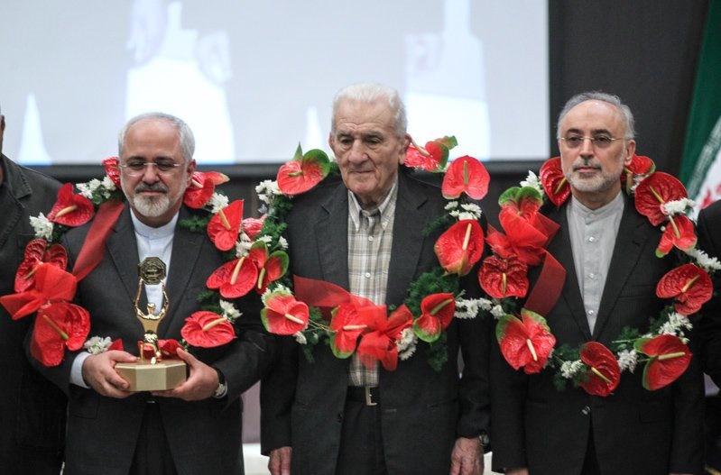 اهدای پیراهن و تندیس پهلوانی به محمد جواد ظریف