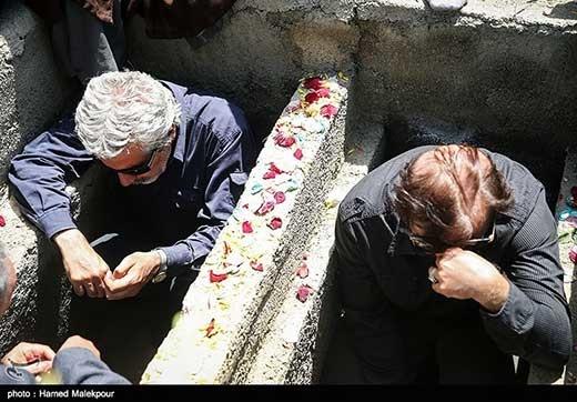 دو کارگردان مشهوری که قبل از تدفین شهدای غواص در قبر حاضر شدند/ عکس