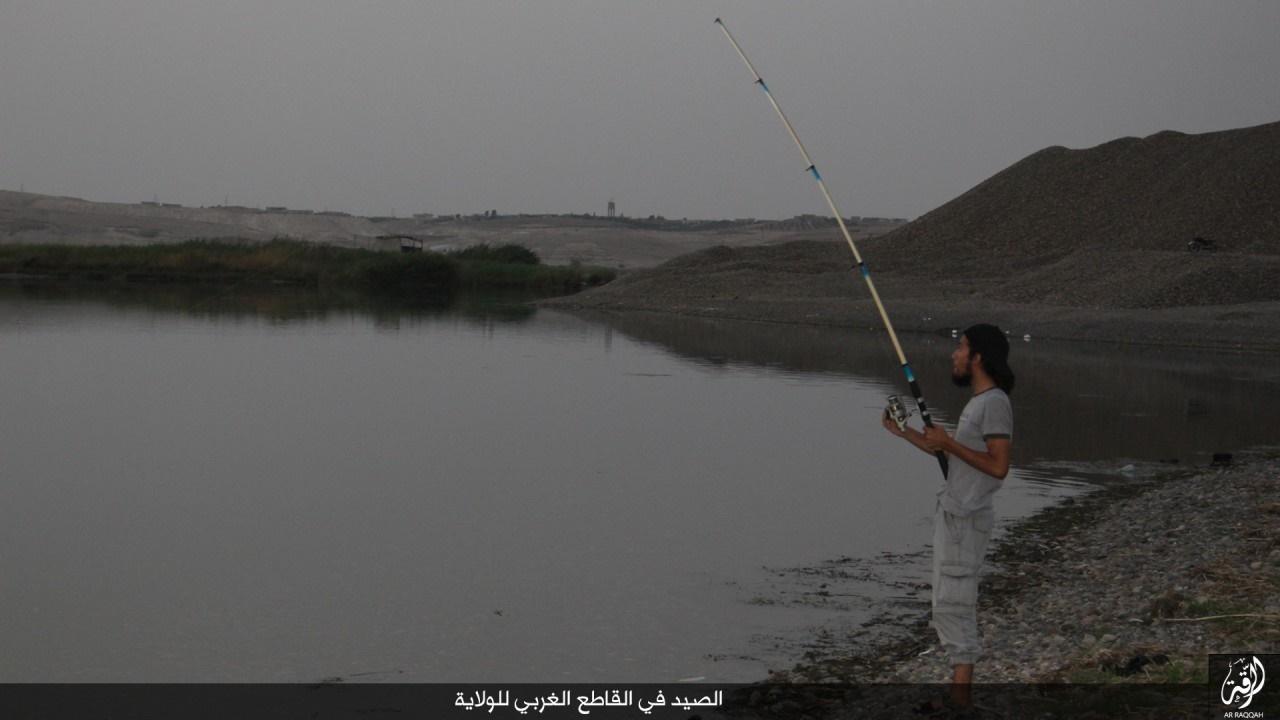 ماهیگیری داعشیها را در رقه ببینید