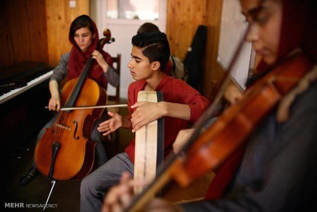 آموزش موسیقی به دختران و کودکان خیابانی افغان