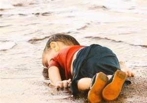 طرحهایی برای تلخترین تصویر سال؛ کودک ۳ ساله غرق شده