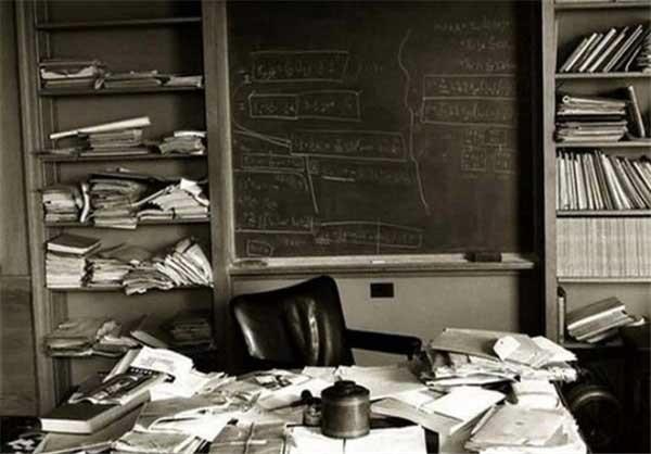 دفتر کار شلخته آلبرت انیشتین