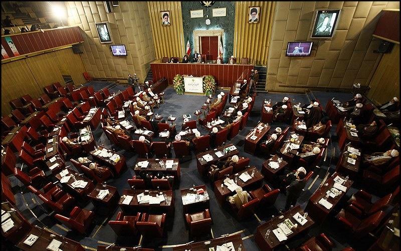 چه کسانی در این چهار دوره بر صندلیهای قرمز مجلس خبرگان تکیه زدهاند؟