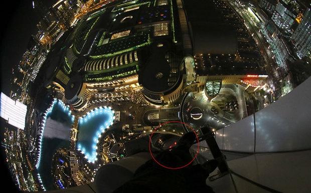 روایت تصویری فردی که در زمان آتش سوزی در بالکن طبقه چهل و هشتم هتل ۳۰۲ متری دبی گیر کرده بود