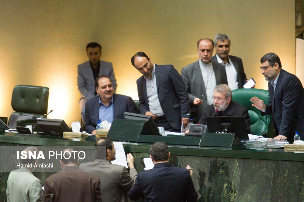 تصاویر | جلسه علنی مجلس | حلقه نمایندگان دور رئیس و وزیر ؛ فریاد قاضیپور