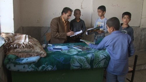 معلم یاسوجی روی تخت در کلاس تدریس میکند