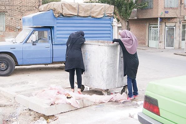 زنان زباله گرد، محصولی جدید از آسیبهای تهران! /یک زن زبالهگرد:«شهرداری روزا نمیذاره کار کنیم»/ عکس