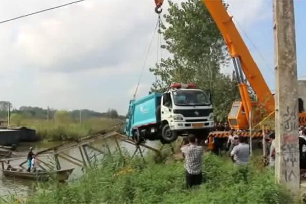 فیلم | سقوط کامیون حمل زباله به تالاب انزلی