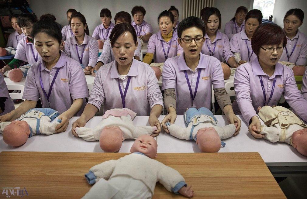 عکس | دانشجویانی که در پکن آموزش پرستاری بچه میبینند