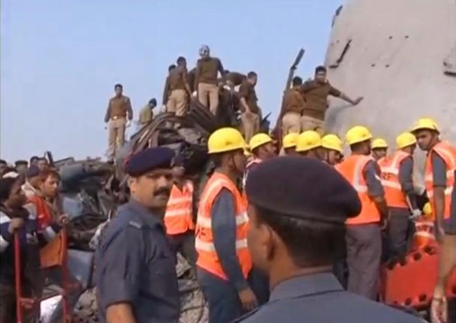 نخستین تصاویر خروج قطار از ریل در هند | حداقل ۹۰ نفر کشته شدند