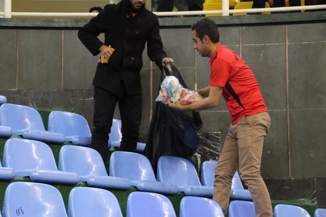 حرکت جالب هواداران ارومیهای   تماشاگران زباله های دورنالاریوواسی را جمع کردند