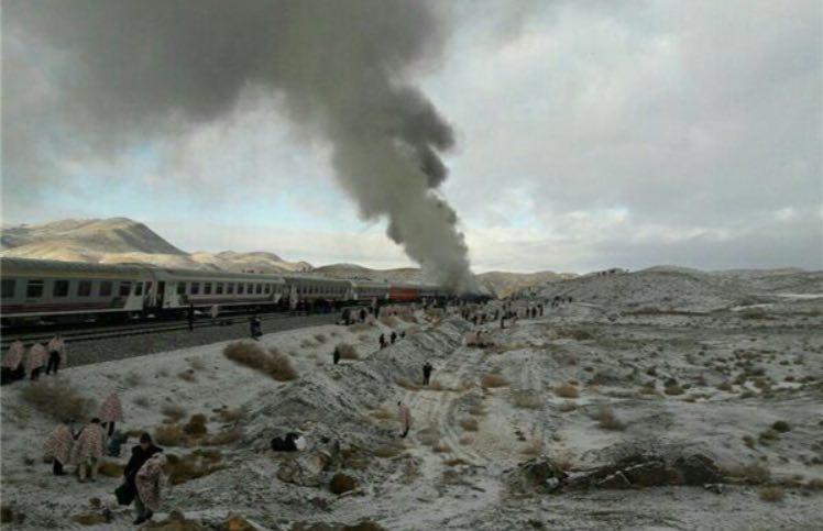 فیلم | آتشسوزی مهیب قطارها پس از برخورد در دامغان | وضعیت ناراحت کننده مسافران