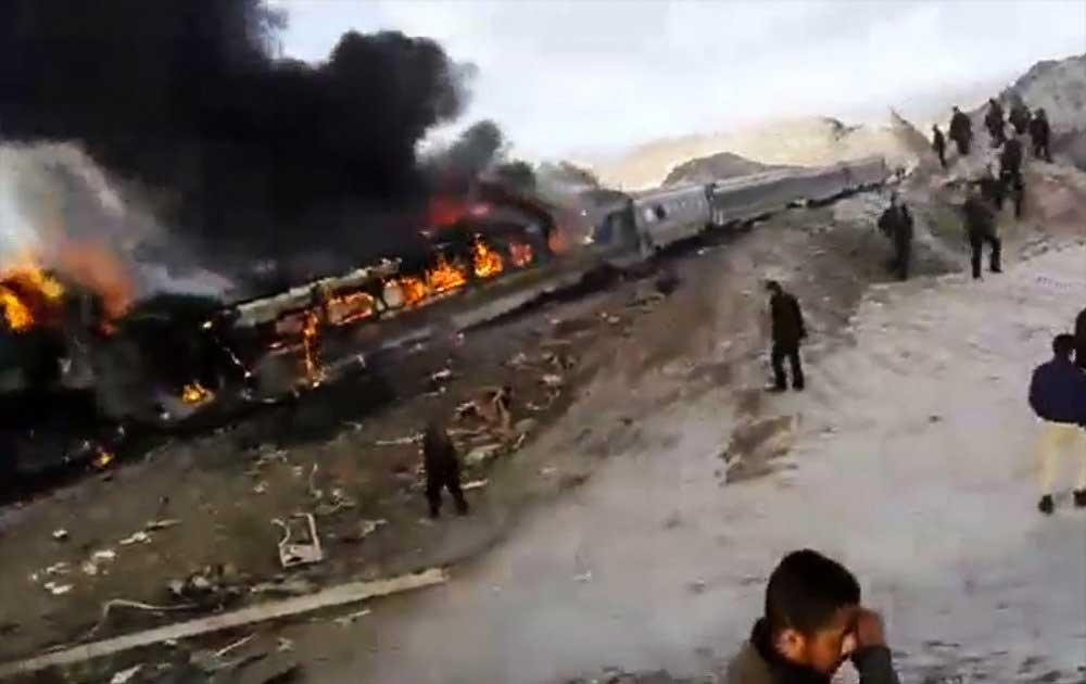 تصاویر |  تصادف دو قطار مسافربری در سمنان