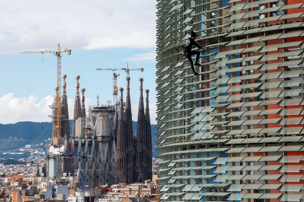 Image result for بالا رفتن مرد عنکبوتی فرانسوی از آسمان خراش بارسلونا