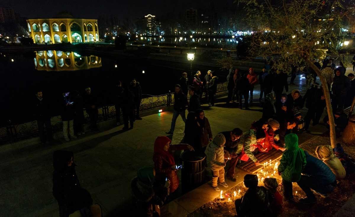 تصاویر | روشن کردن شمع به یاد حادثهدیدگان قطار در پارک ایل گلی تبریز