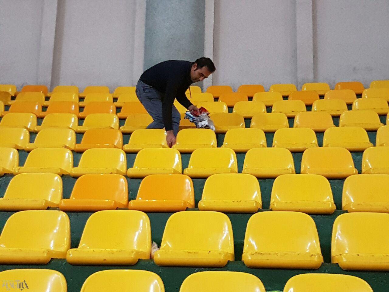 ادامه حرکت فرهنگی هواداران ارومیهای   تماشاگران زباله های ورزشگاه را جمع کردند
