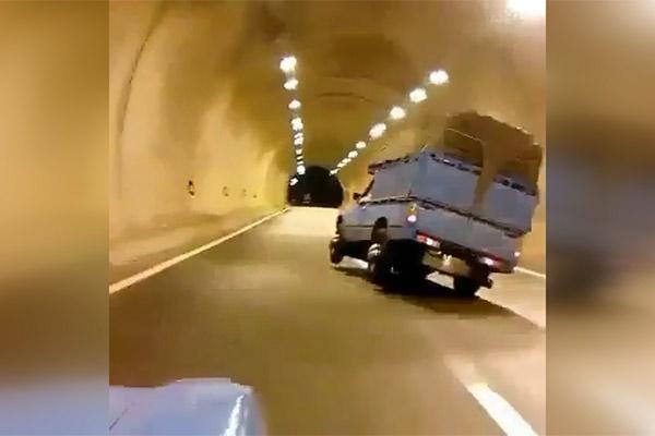 فیلم   رانندگی دیوانهوار نیسان آبی در تونل