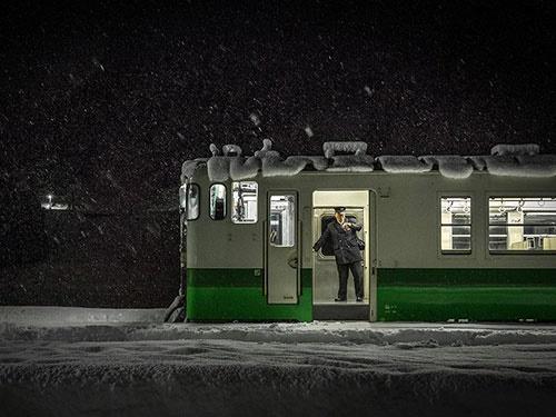 حمل و نقل ریلی در برف سنگین ژاپن/عکس روز نشنال جئوگرافیک