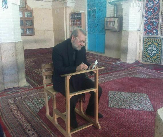 رییس مجلس رای خود را به صندوق انداخت/ لاریجانی: حضور مردم در انتخابات مایه مسرت است