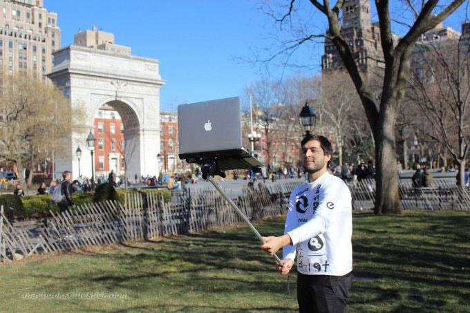 تصاویری از سلفی بازی با مک بوک اپل وسط نیویورک