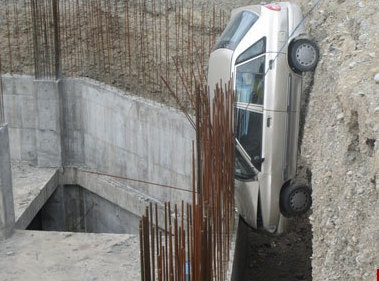 نجات معجزهآسای راننده پراید از میان میلگردهای زمین گودبرداری شده / عکس