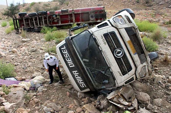 تصاویری از واژگونی خودروها در جاده بندرعباس ـ سیرجان